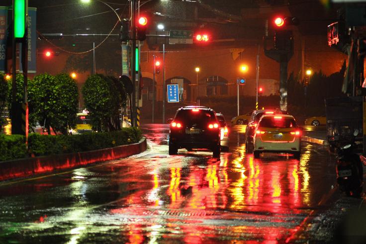下雨的晚上生意會比較好,守在捷運站的計程車還真不少。